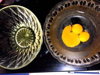 肉松or红豆蛋糕卷,把蛋黄和蛋清分离,装蛋清的碗不能有水!