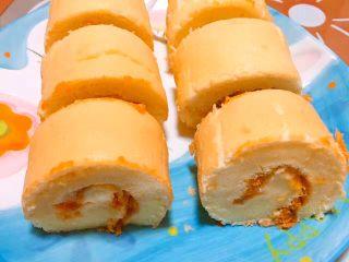 肉松or红豆蛋糕卷,用刀切成小段 蛋糕卷就完成了