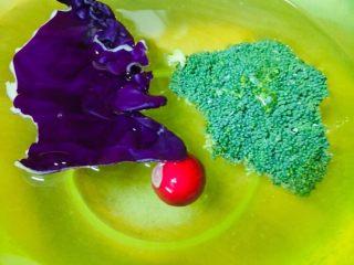 西兰花意大利面,蔬菜在盐水中浸泡。