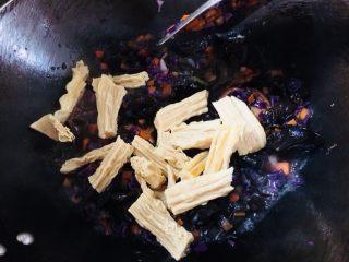 美味彩虹打卤面,最后放入腐竹。