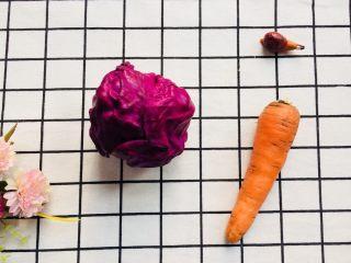 美味彩虹打卤面,准备一根胡萝卜,一个紫甘蓝洗净备用。