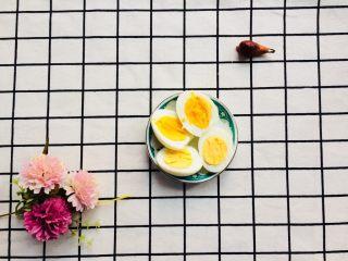 美味彩虹打卤面,准备一个煮熟的鸡蛋,切开两半。