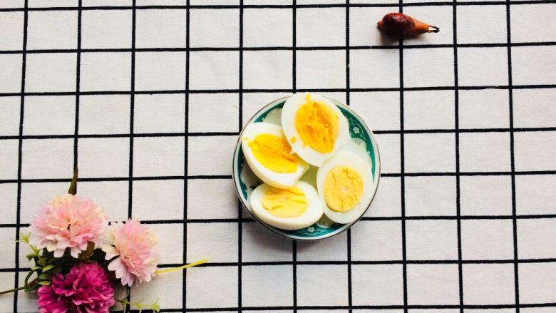 美味彩虹打卤面,准备一个煮熟的<a style='color:red;display:inline-block;' href='/shicai/ 9'>鸡蛋</a>,切开两半。