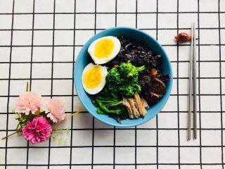 美味彩虹打卤面,将配菜放入面条中,搅拌均匀即可。