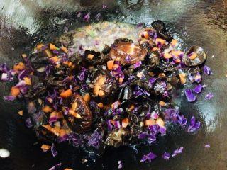 美味彩虹打卤面,再放入紫甘蓝、木耳、香菇,以及香菇水。