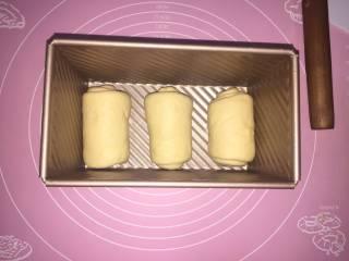 吐司,放在吐司盒子里 继续发酵  8分满