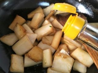 耗油冬瓜块,加入酱油煸炒。