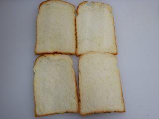 快手早餐—香肠吐司卷,吐司切片备用,如果是自己做的整条吐司,建议尽量切薄一点
