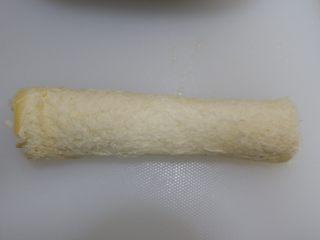 快手早餐—香肠吐司卷,粘合,收口向下,放在一旁定型备用