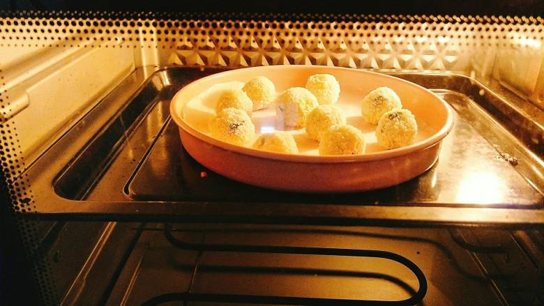 香葱土豆芝士椰蓉球,烤箱预热以后,170度12分钟