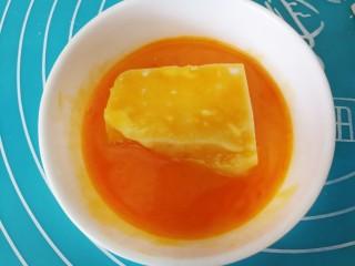 牛奶也能炸着吃,放进蛋液的碗里,裹满蛋液