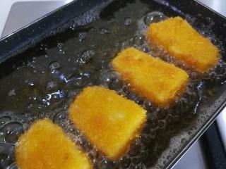 牛奶也能炸着吃,慢慢放入裹好的奶糕,中小火炸至金黄色(期间一面炸好后翻一面再炸)