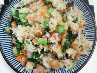芥菜咸干饭,饭煮好后,锅里热油快速炒点芥菜,然后放电饭煲里搅拌均匀即可
