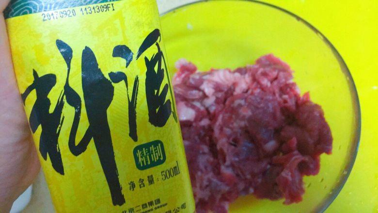东北那旮沓的美食之●嘎嘎香的烤肉,下<a style='color:red;display:inline-block;' href='/shicai/ 718'>料酒</a>,去腥,大概用15毫升。