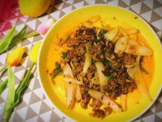 东北那旮沓的美食之●嘎嘎香的烤肉,马上乘上桌吃,也是非常非常美味的!刚刚出锅的。整整一大盘,大口吃肉,大口喝酒,感觉非常的畅快!