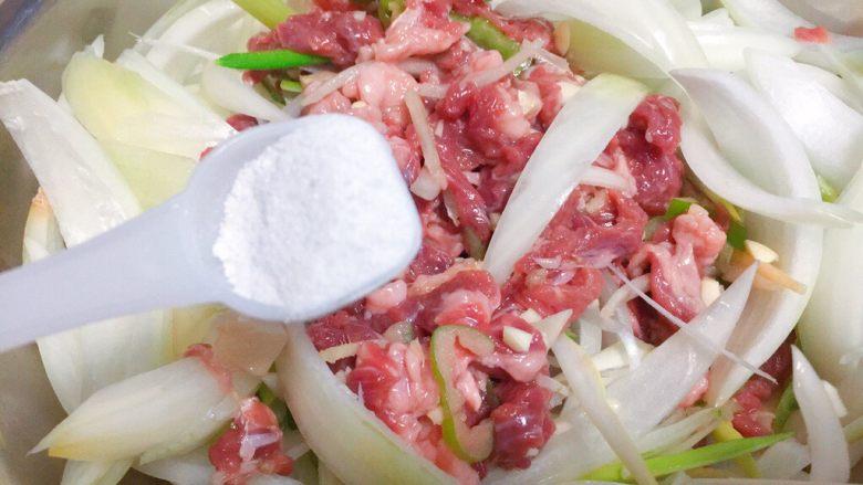 东北那旮沓的美食之●嘎嘎香的烤肉,然后我们开始调味,首先撒盐啦!大概6g左右。