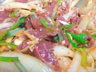 东北那旮沓的美食之●嘎嘎香的烤肉,然后用干净的手,搅拌均匀哦。再尝尝舔舔味道,感觉一下,哪里少了加哪里,如果咸了,加料,或者加糖,如此这样。