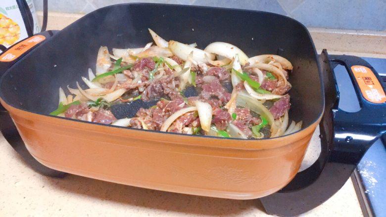 东北那旮沓的美食之●嘎嘎香的烤肉,可以用不粘锅哦,我的佳人们,像炒的一样。佳儿用的是饭店专用的那种烤肉锅,特别不粘,非常棒。开大火,把腌制好的肉放进去,炒至外表微焦即可!有人喜欢吃火小的,有人喜欢吃火大的,随自己喜好来烤吧!如果不怕油烟大,围在锅边一边烤一边吃,那才叫有感觉,有味道呢!