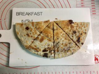 芝麻酱红糖饼,先把圆饼对半切,再把两个半圆合并起来,平均切成4份。