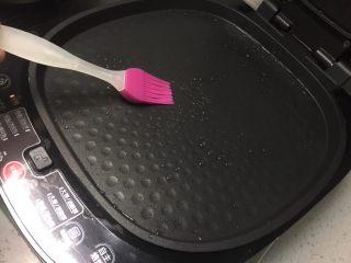 芝麻酱红糖饼,电饼铛预热好之后,上下盘各刷一层食用油。