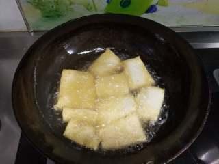 山东传统名吃—博山酥锅,豆腐切厚片上锅炸至双面金黄。切大三角片