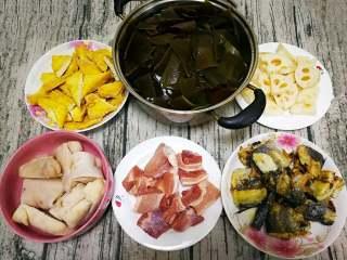 山东传统名吃—博山酥锅,藕切厚片,白菜洗净不用切。五花肉切块和猪蹄开水烫煮去掉血沫。