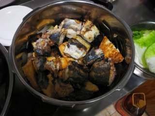 山东传统名吃—博山酥锅,铺上鲅鱼