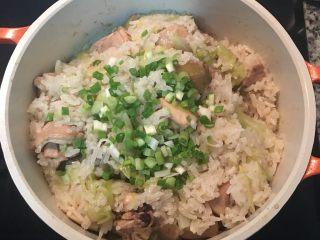 麻油鸡高丽菜饭,开锅盖加入少许香油和葱花即可。