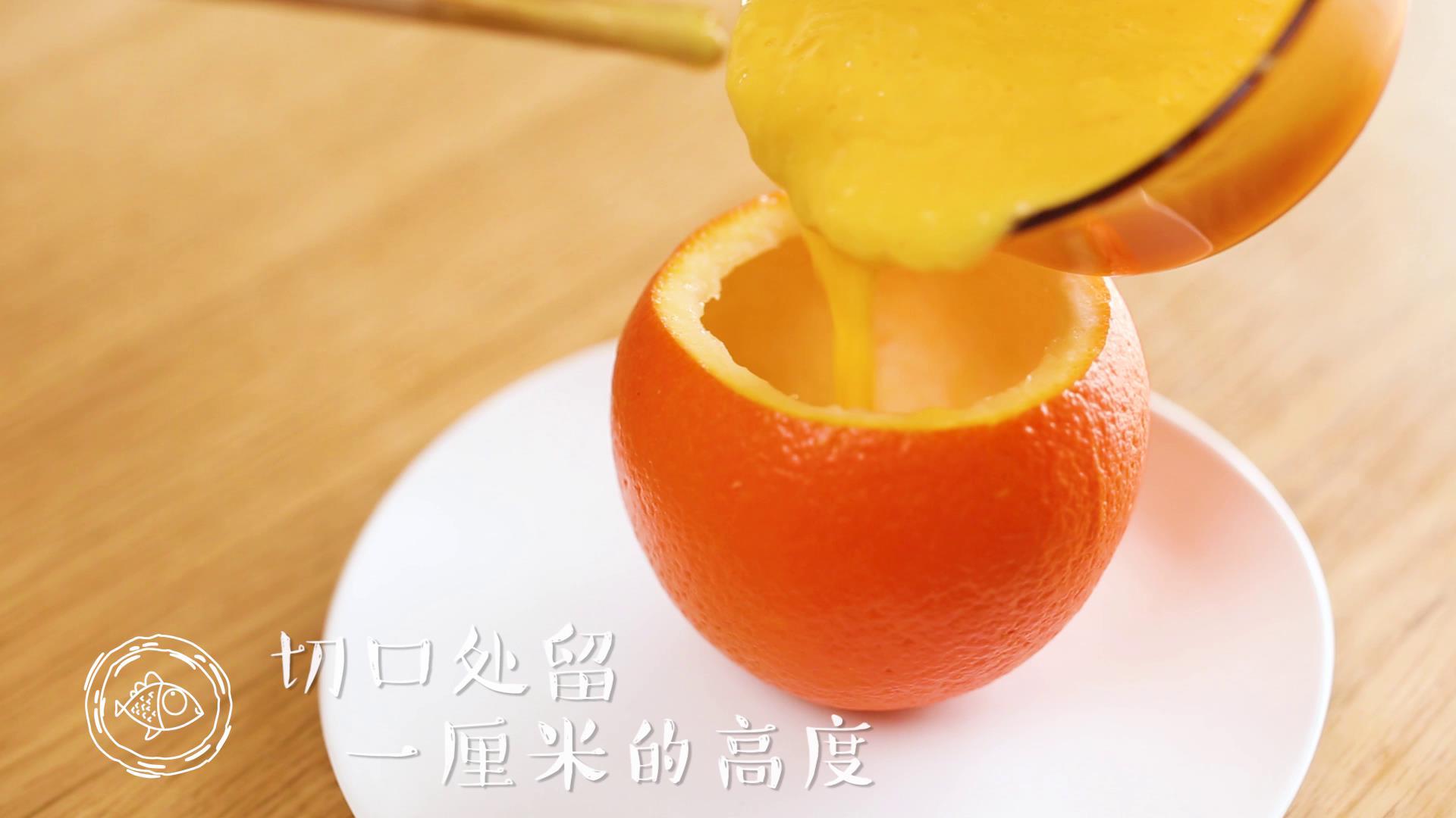 8m+香橙蒸蛋(宝宝辅食),倒入挖好的橙碗中~</p> <p>tips:在切口处留一厘米左右的高度,不要倒入的太满哈,蒸熟后容易溢出来~
