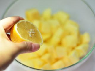苹果果酱,挤入半个柠檬汁,拌匀,防止氧化