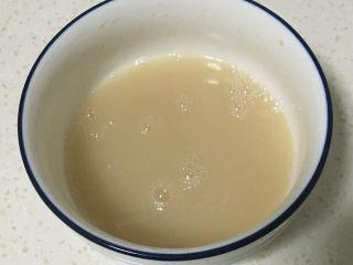 山药馒头,水中加入糖和酵母溶化