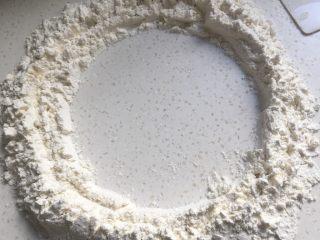 山药馒头,面粉放至桌面,中间划圈留出一个小圆