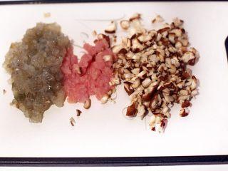 廣式茶點-蒜蓉炸蝦餃,將蝦仁、豬肉剁成泥,蘑菇切小丁。
