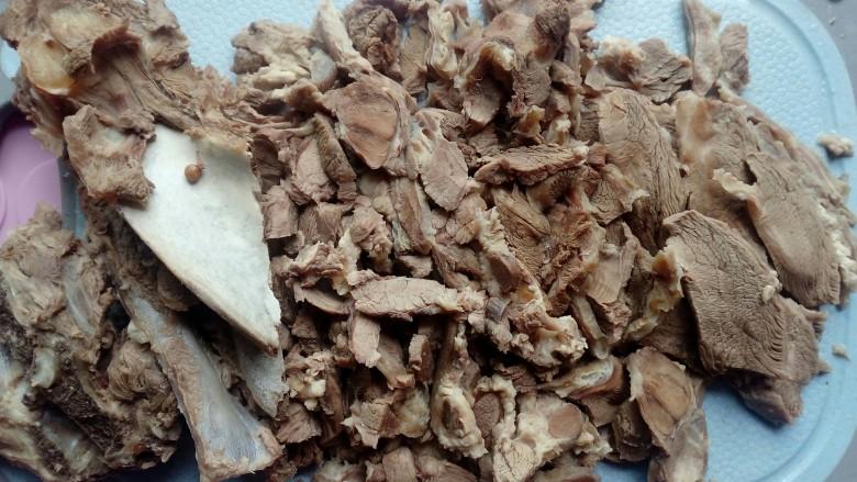 筒子骨羊肉汤,一个小时后把羊肉捞出来,不然煮太久了再切肉会散切不成片,剔骨肉改刀切片