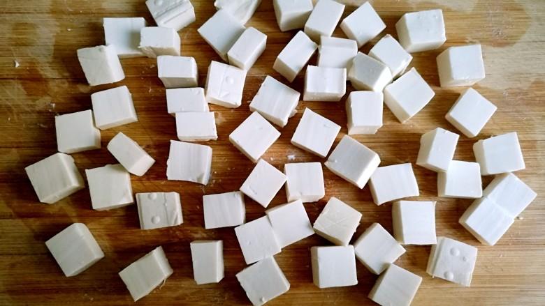 红烧豆腐,豆腐用刀切成小块。
