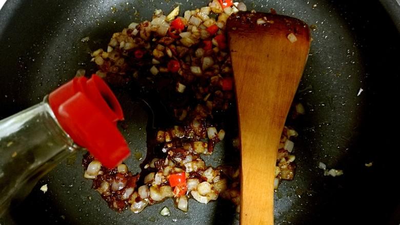 红烧豆腐,放入<a style='color:red;display:inline-block;' href='/shicai/ 134296'>白胡椒粉</a>,生抽。