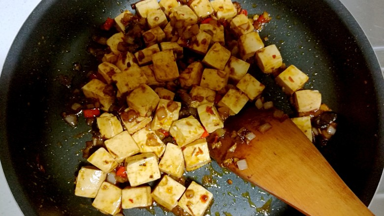 红烧豆腐,用锅铲背部轻推,混合均匀。
