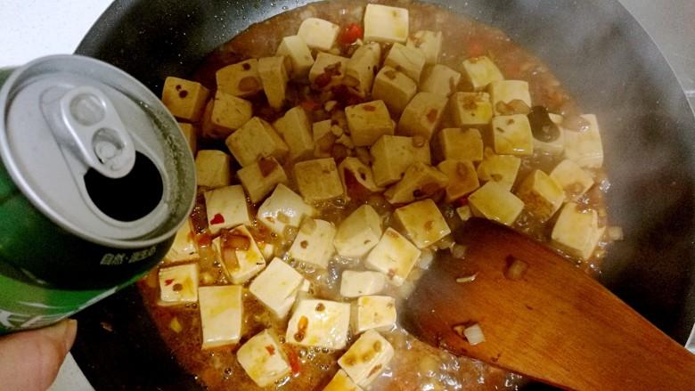红烧豆腐,放半罐<a style='color:red;display:inline-block;' href='/shicai/ 897'>啤酒</a>,盖上锅盖焖一会儿。