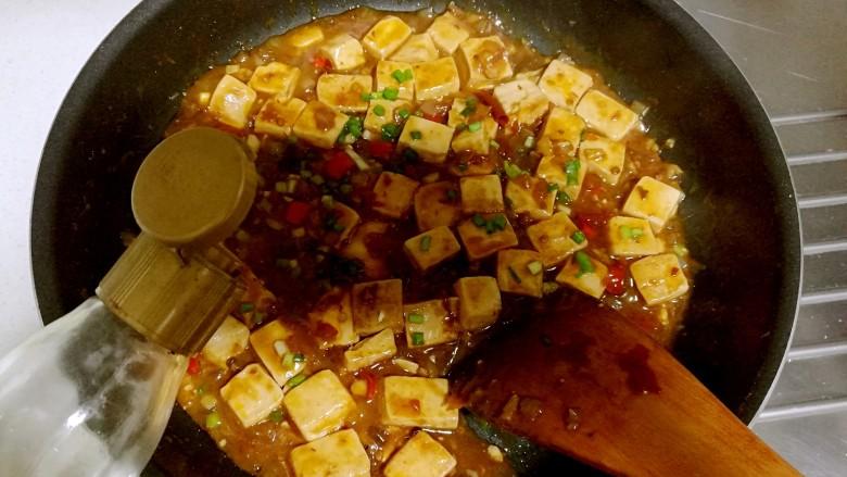 红烧豆腐,淋入<a style='color:red;display:inline-block;' href='/shicai/ 3738'>芝麻油</a>即可出锅。