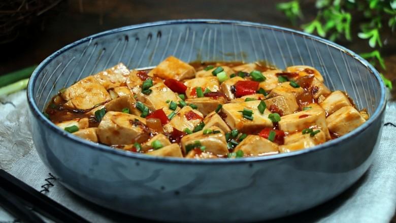 红烧豆腐,盛碗上桌,非常好吃。