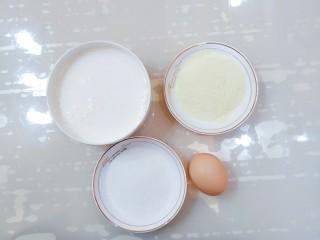 午后時光_紅棗雙皮奶,把牛奶倒到碗里,奶粉和白砂糖裝到小碟子里,再準備一個雞蛋
