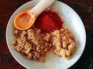怀念那一抹红-辣椒蘸酱,取一小勺辣椒面花生芝麻各一大勺