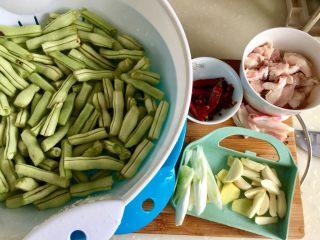四季豆烧五花肉,豆角洗净控干水份,大葱葱白清洗切段,姜去皮蒜剥皮清洗切片,香料浸泡清洗下,五花肉刮干净肉皮,切约1到2毫米的薄片,