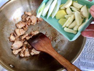 四季豆烧五花肉,加入葱段姜片蒜片煸炒