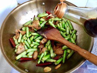 四季豆烧五花肉,加入一勺老抽,翻炒均匀