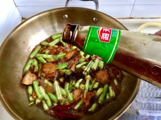 四季豆烧五花肉,加入一勺蚝油,也可以只加生抽老抽。