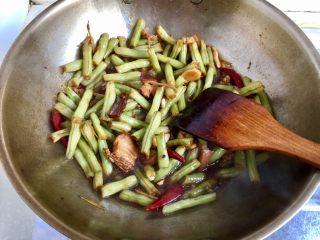 四季豆烧五花肉,根据个人口味,加少许盐调味,大火收汁即可出锅