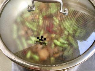 四季豆烧五花肉,加盖转小火炖煮约10分钟,喜欢豆角软烂的可以延长一点时间