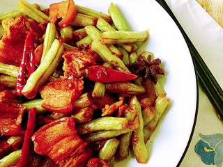 四季豆烧五花肉,这道菜,做法简单,五花肉鲜香弹牙,豆角吸收肉汁,更是美味,快来试试看吧