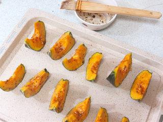 冬季里的甜蜜温馨。【肉桂香烤南瓜】,混合好的调料均匀刷在南瓜上